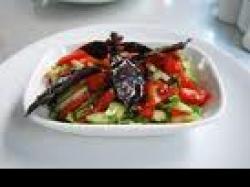 Czy wiesz jak przygotować sałatkę z pomidorów i bakłażanów?