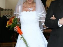Delikatna śnieżnobiała suknia ślubna.