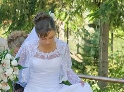 Delikatna suknia ślubna wykończona koronką