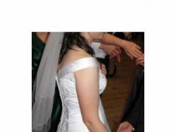 Delikatna suknia ślubna z koronką i cyrkoniami