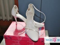 Delikatne buciki ślubne