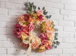 DIY: ozdobny wianek z kwiatów do domu!