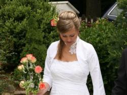 Dla nowoczesnej Panny Młodej suknia ślubna wraz z dodadkami.