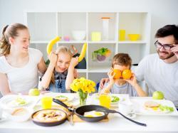 Dlaczego, jedząc śniadanie z dziećmi lepiej wyłączyć radio i telewizję?