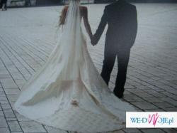 Dwukolorowa suknia ślubna z trenem.