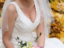 Efaktowana i elegancka suknia ślubna z trenem