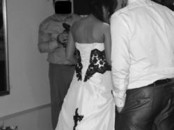 Ekstrawagancka - biała z czarną koronką