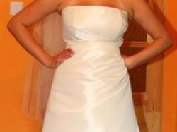 Elegancka skromna suknia śluba w komplecie z  delikatnym szalem i halką