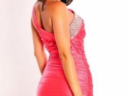 Elegancką sukienkę marszczoną na jedno ramię ze świecącymi kamieniami.