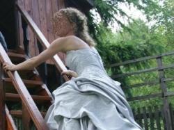 Hiszpanska suknia w delikatnym odcieniu srebra.