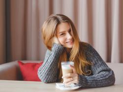 Ile kalorii ma kawa i herbata? Zobacz, jak dodatki zmieniają ich kaloryczność!