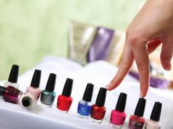 Jak usunąć plamy z lakieru do paznokci?