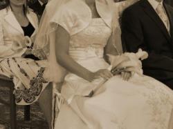 Jednoczęściowa suknia ecru z trenem