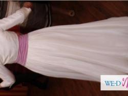 Jednoczęściowa suknia ślubna z liliowym pasem