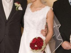 Klasyczna śnieżnobiala suknia ślubna w dobrym stanie.