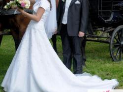 klasyczna suknia ślubna czeka na nową właścicielkę