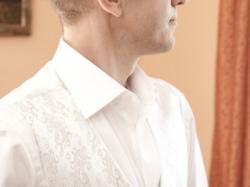 komplet ślubny firmy Sunset Suits koloru białego ze wzorkiem ze srebrnej nitki