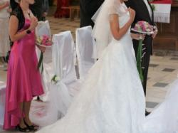 Koronkowa suknia ślubna zdobiona kamykami, z niepowtarzalnym podpinanym trenem