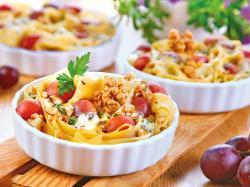 Makaron z winogronami i serem pleśniowym