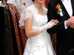 Modna suknia ślubna z koronką