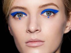 Modny makijaż oczu: Electric blue