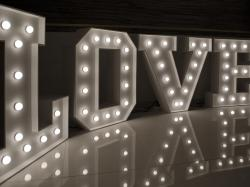 Napis LOVE w stylu RETRO z żarówkami WYNAJEM 120cm - LiteroweLove