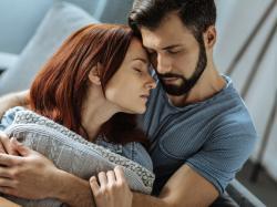 Nie wierz w stereotypy: introwertyk nie jest nieśmiałą osobą, która nie okazuje emocji. Jakim jest partnerem i jak z nim żyć?