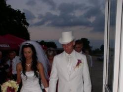 Niebanalny biały frak typu CUTdo ślubu