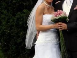 Niepowtarzalna, biała suknia z trenem i falbanami, R.36
