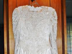 Niesamowita suknia ślubna z długim trenem