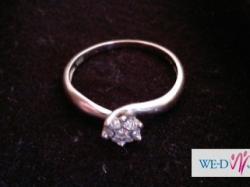 Niesamowity pierścionek z białego złota z brylantami
