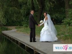 Oferuje suknie ślubną podkreślającą talię