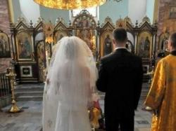 Olśniewająca koronkowa suknia ślubna z długim trenem
