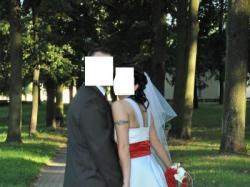 Oryginalna biała suknia z czerwonym pasem