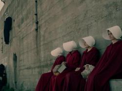 """Piekło kobiet. Czy serial """"Opowieść podręcznej"""" to ostrzeżenie dla nas wszystkich?"""