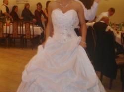 Piękna bajkowa suknia ślubna .