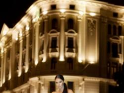 Piękna hiszpańska Annais Bridal model Carrera w kolorze Light Gold