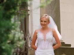 piekna jednoczęściowa suknia ślubna