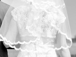 Piękna koronkowa biała suknia ślubna