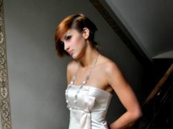 Piękna prosta suknia wieczorowa