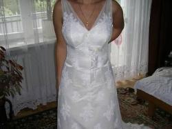 Piękna romantyczna koronkowa suknia ślubna