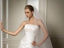 Piękna śnieżnobiała suknia ślubna Pronovias Roble na zimę