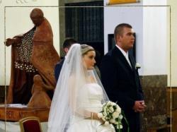 Piękna suknia ślubna biel połączona z ecru z ozdobnym kwiatem na dole