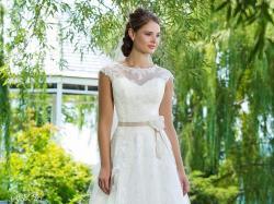 Piękna suknia ślubna firmy Sweetheart, z półdługim welonem