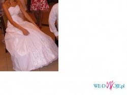 Piękna suknia ślubna na szczupłą osobę.