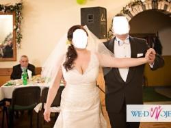 Piękna suknia ślubna. Polecam szczególnie Paniom o krągłych kształtach :)