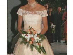 Piękna suknia ślubna w oryginalnym kolorze morelowym.