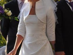Piękna suknia ślubna wraz z dodatkami