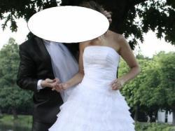 piękna suknia ślubna z falbankami i diamencikami