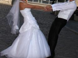 Piekna suknia ślubna z koronkową stójką